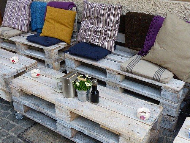 Canapé palette : créer un canapé extérieur avec des palettes
